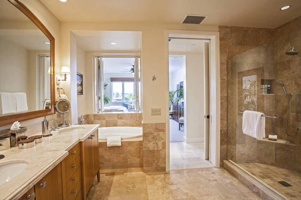 Wailea beach villas m 212 azure azul southshore maui for Master ensuite bathroom ideas