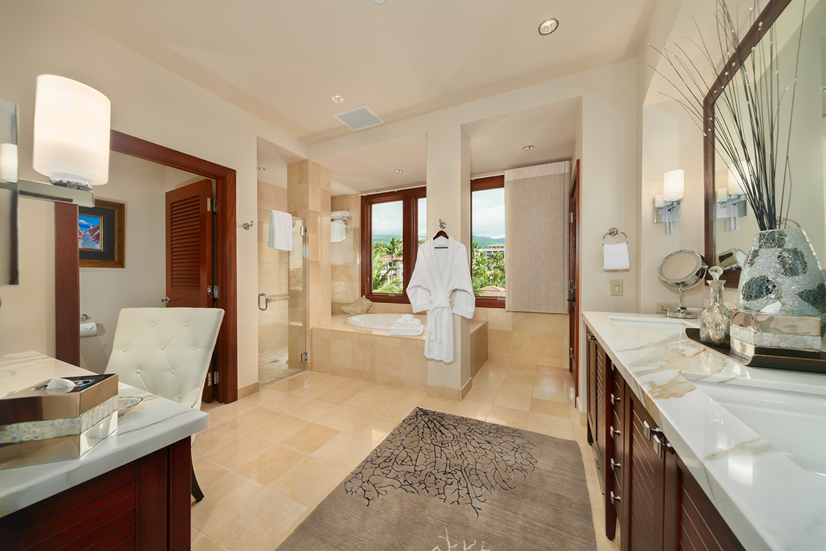 Wailea beach villas d 302 bella luna southshore maui for Tub in master bedroom